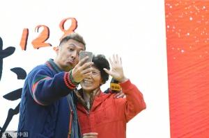 """""""奶爸""""余文乐与""""大妈粉""""合影撅嘴卖萌"""