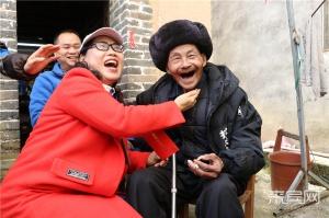 """""""儿孙满堂""""承欢笑 暖意融融迎新年"""