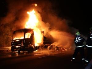 一辆运载30吨木料的货车起火 消防成功扑救