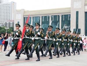 【高清】走进武警国旗班:国旗,我把青春献给你