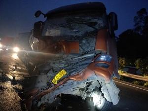 罐车车速太快与半挂车发生追尾 车头损毁严重