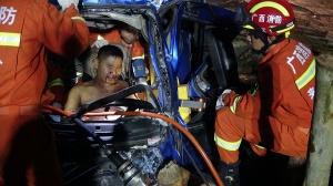 209国道凌晨发生三车相撞事故 造成一人被困(图)