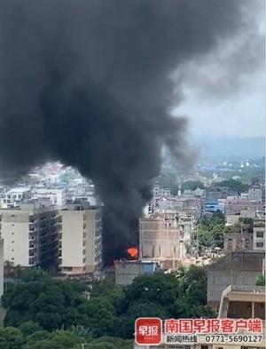 火光冲天!灵山一小区停车棚突发大火,200多辆车被烧成铁架