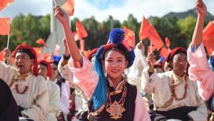 西藏:千人锅庄颂祖国