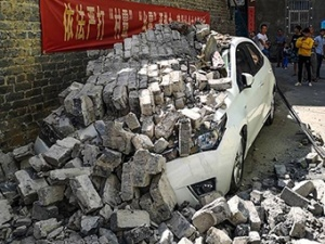 """""""轰""""!围墙突然倒塌!南宁一宿舍楼居民小车被砸坏"""
