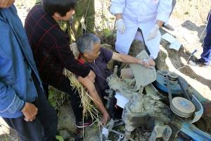 """宜州一村民犁地时被机器""""咬""""脚 消防紧急救援"""