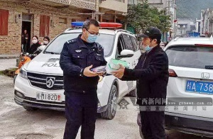 暖心!个体户为抗击疫情民警免费赠送4000个口罩