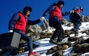 海拔4000米的冰雪电力巡检路