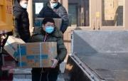 哈尔滨:分发防疫物资 助力疫情防控