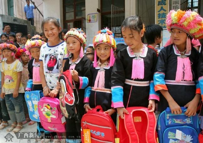 学生爱心袭百色图片小学山村喜获开学前礼物坑的小学生狼群爹图片