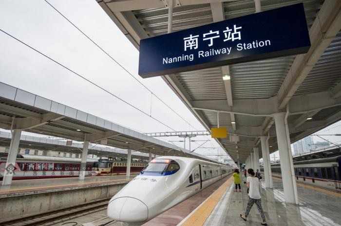 南广高铁南宁至梧州首趟高铁动车准备驶出南宁火车站.广西新闻网记