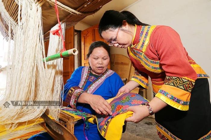 目前整个忻城县,只有一人掌握着壮锦编花本(图案)的技术.