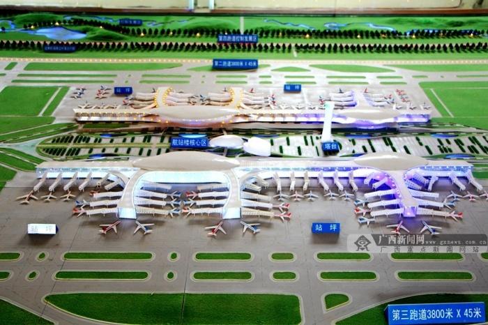 记者随广西日报传媒集团采访团一行,走进南宁吴圩国际机场新航站楼建设工地现场,实地探访了新航站楼建设进展。据介绍,新航站楼将于今年体操世锦赛前正式投入使用。目前,各项建设工作正在有条不紊地加速推进当中。 南宁吴圩国际机场新航站区及配套设施建设工程航站楼东西长1080米,南北长329.