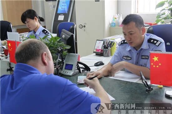 外事警察潘少峰:认真站好岗、踏实做好事(组图)