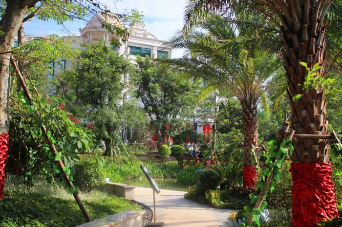 恒大绿洲拥有37%的绿地率,项目打造的7.3万皇家园林,沿袭欧式皇家园林的精髓,在给居住者以尊贵的享受的同时,更为居住于此的居民打造了一个健康的生活环境。项目园区中的景观植物多达百余种,名贵高大乔木采用全冠移植交错栽种,点缀灌木、花卉、草坪、地被植物等植物,形成了多重立体化园林景观效果,同时园林设计通过多重垂直、立体绿化,打造远远超绿化率指标的景观效果和移步异景的景观视觉享受,为业主提供一种美丽而健康的都市富氧生活。 与此同时,恒大绿洲的园林中央还规划有2500的中央湖景,是整个园区的主要水体景观。其中