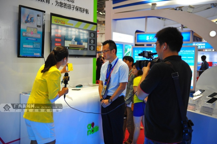 """广西新闻网南宁9月18日讯(记者 张璐)9月18日,第11届中国-东盟博览会主会场会展中心内人潮涌动。中国移动广西公司以""""开启未来之门""""为主题搭建时尚、科技感十足的4G展台,展示了4G即摄即传、OTT高清电影、4G高清视频监控、和包、和生活、行车卫士、云祥八桂等缤纷业务,引起众多国内外参观者关注。 4G智慧医疗让治疗更便捷 在广西移动的4G展台内,记者亲自体验了一把""""智慧医疗"""":只要输入年龄、身高、体重等数据,并握住类似游戏机手柄的仪器,十几秒就能测出脂肪含"""