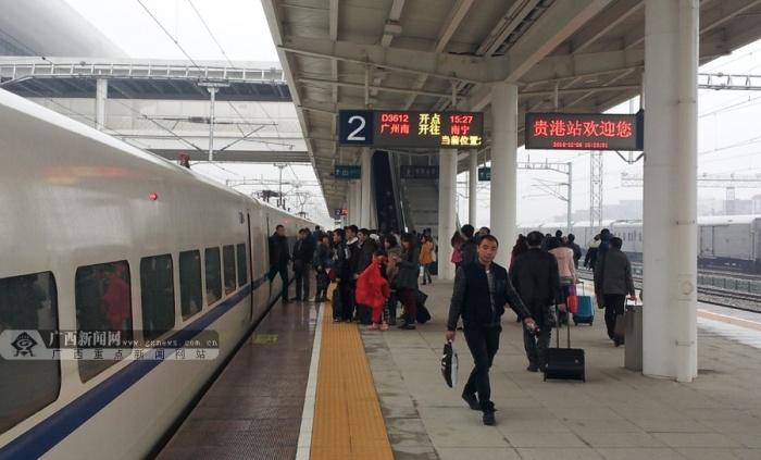 从广州南站开往南宁东站的动车在平南站短暂停靠,到站旅客有序下车