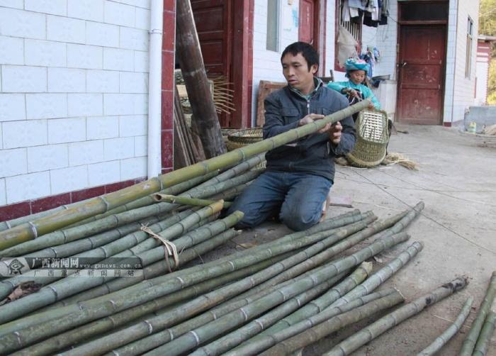 通讯员黄海杰 文/图 在广西百色市隆林各族自治县隆或乡深山密林里,生长着品种繁多的竹子。这深山翠竹,经篾匠巧手,换形化物,变成背篓、箩筐等篾制器具走进寻常百姓家,这曾经是当地高山汉族日常生活的一个重要方面。在这儿,篾匠也是一门古老的职业。近年来,随着塑料制品、铝制品的出现,好多篾制品也渐渐淡出了人们的视野,篾匠这门老行当也与我们渐行渐远。然而,在这深山里,依然有少数篾匠艺人在从容坚守,编织一家人的平凡生活。近日,笔者在大山深处的隆或乡马宗村下伟江屯就见到了一对40来岁的篾匠夫妻唐明华和卢星妹。 当笔者从县