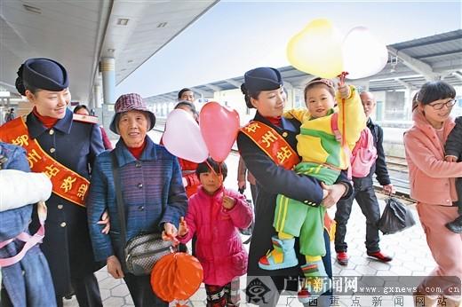 图片新闻:火车站工作人员的热情服务