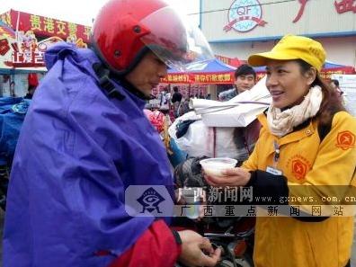"""贵港:春运爱心服务站助力""""铁骑大军""""平安返乡"""
