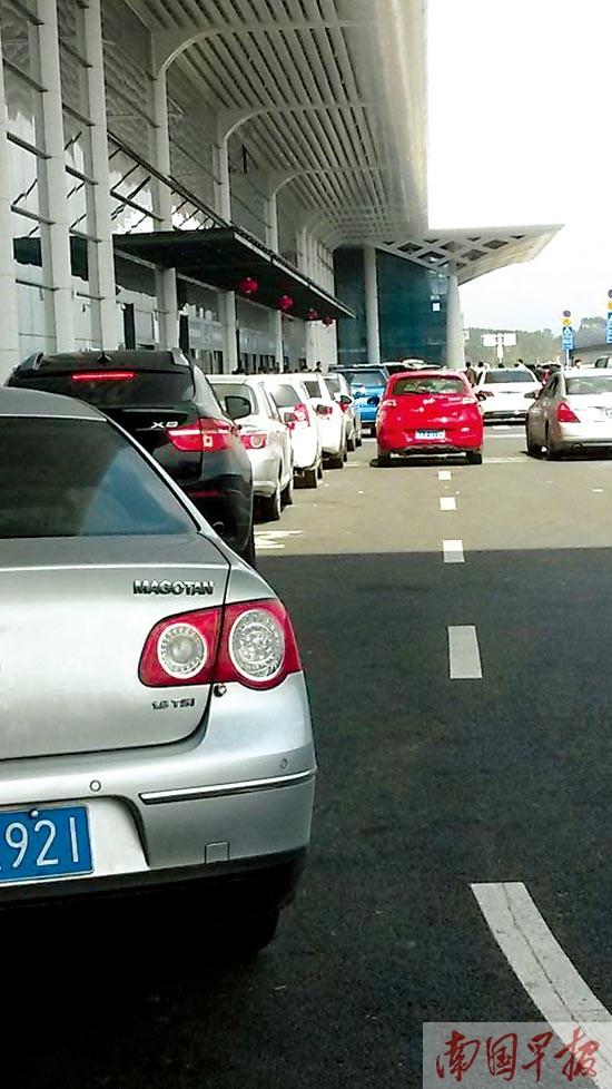 私家车南宁火车东站送客频吃罚单 注意看禁停标识