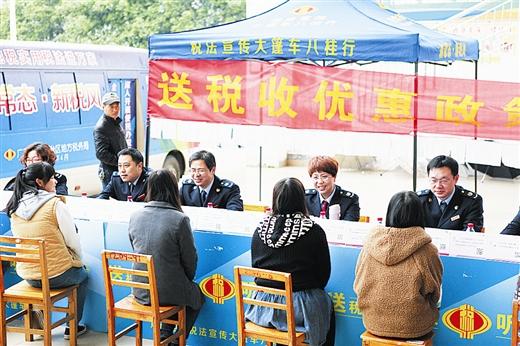 """广西地税""""税法宣传大篷车""""开进桂林(图)"""