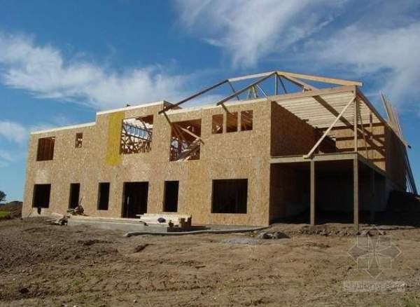 开始进行,两层别墅住宅上部,屋顶位置,实木大梁拼装,搭建屋架的施工.