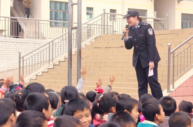 邕宁:那楼镇中心学校开展平安校园基层行活动