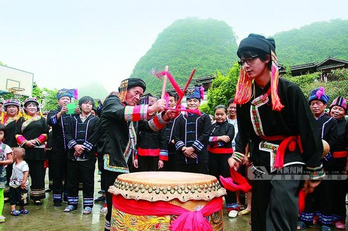 高清:河池布努瑶寨里欢乐祝著节祝福党的95岁生日