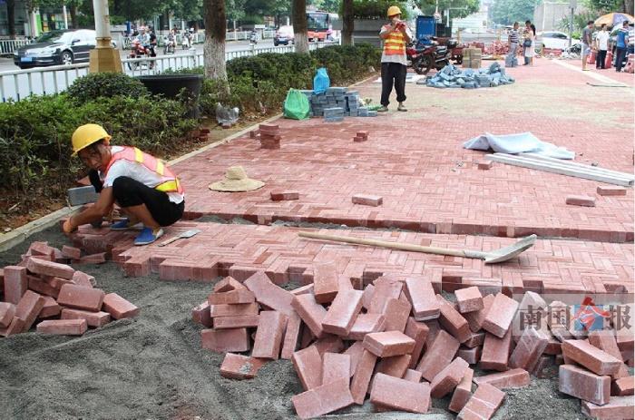 """柳州今年投22亿打造海绵城市 水浇人行道""""秒干"""""""