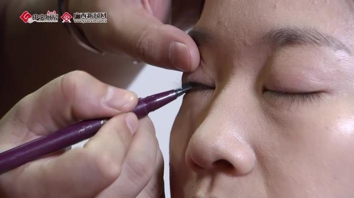 广西网视美女主持人化妆过程大曝光