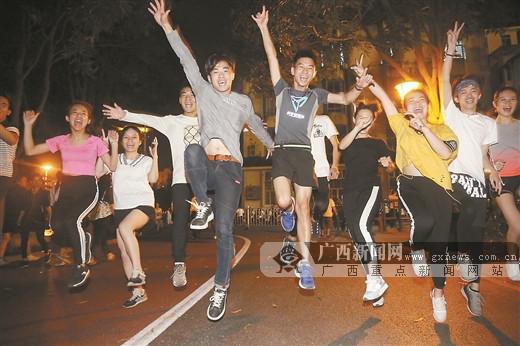 他们用夜跑总结一天的生活 收获健康也收获友谊