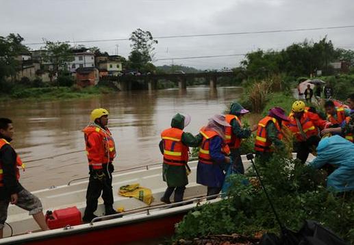 鹿寨:冒雨到水坝割水草14人被大水围困