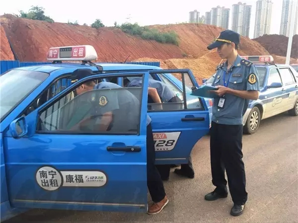 """南宁打击""""克隆""""出租车 司机竟朝执法人员喷辣椒水"""