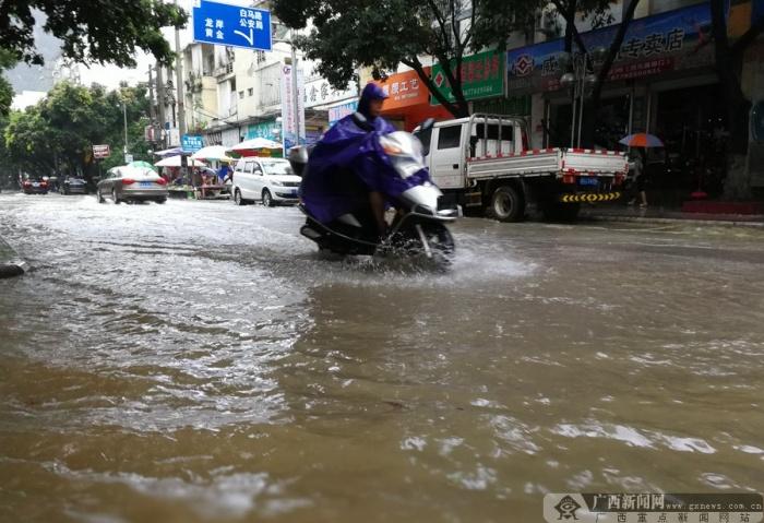 高清组图:罗城遭暴雨袭击 部分路段积水严重