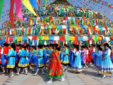 内蒙古民众祭敖包