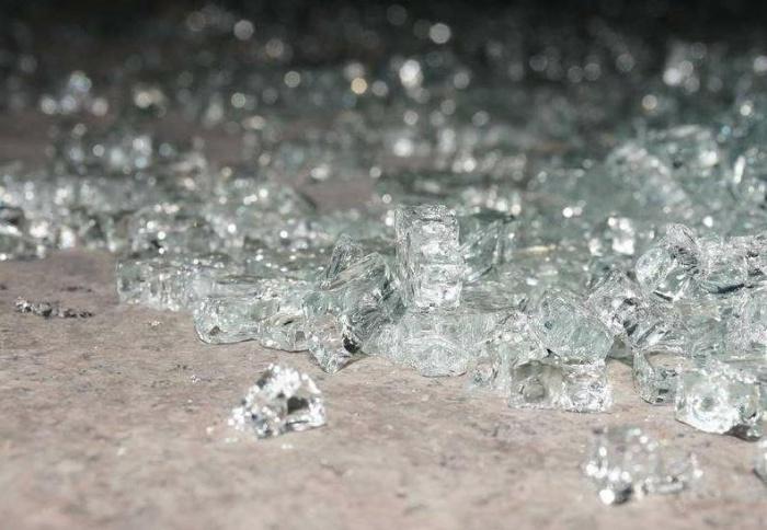 一男孩倒在玻璃渣中 肠子都露了出来