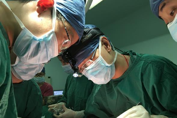"""肝脏离开身体5小时 又被医生重新""""种""""回体内"""