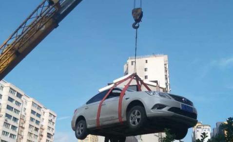 私家车堵小区门 车被人吊房顶