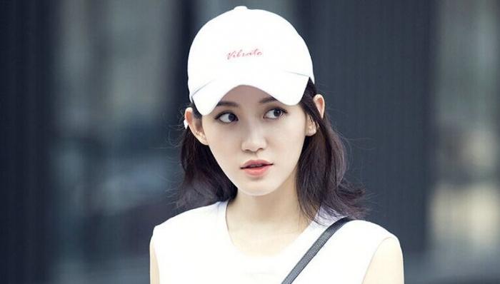 演员苏青曝街拍大片 清爽利落少女感足