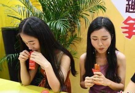 """长沙举行""""麻辣王""""比赛 美女吃相各异"""
