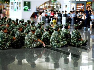 武警席地而坐等高铁感动国人 记者探访背后的故事
