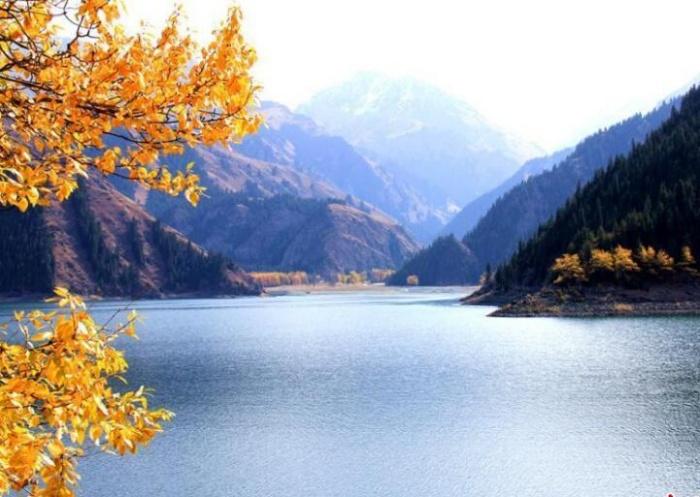 深秋暖阳刷洗天山 天池碧水青松游人纷至沓来