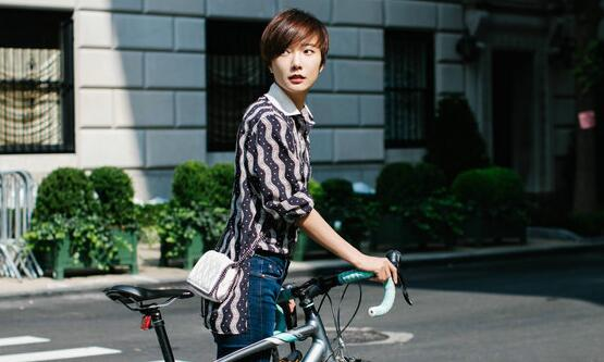 王珞丹纽约街头骑车 诠释环保出行理念