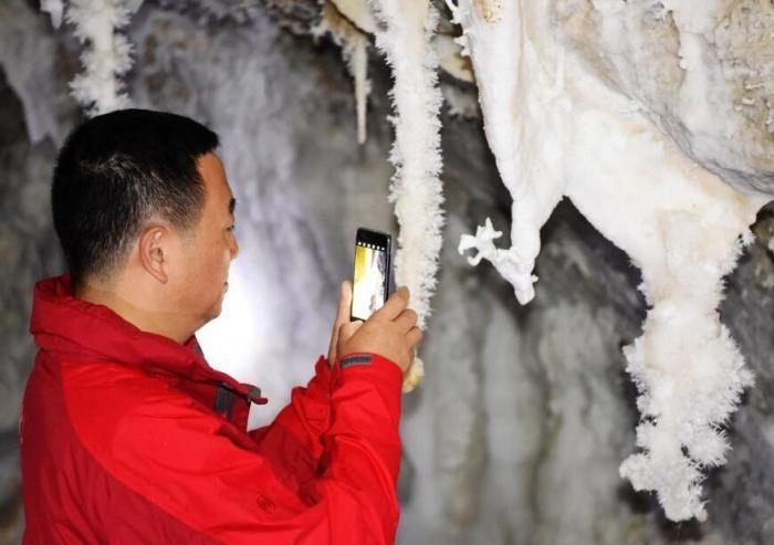 重庆一溶洞犹如冰雪世界