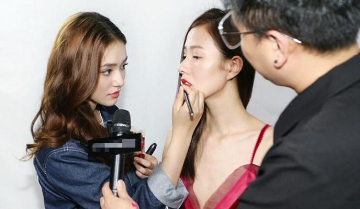 林允化身时尚博主为模特化妆