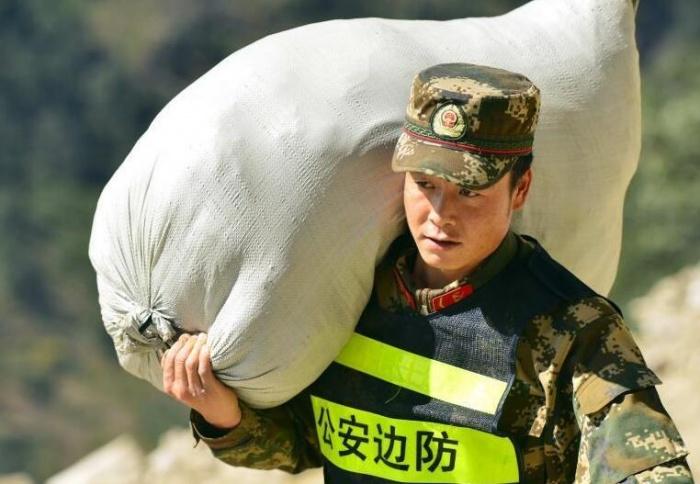 西藏边防官兵筹备过冬物资