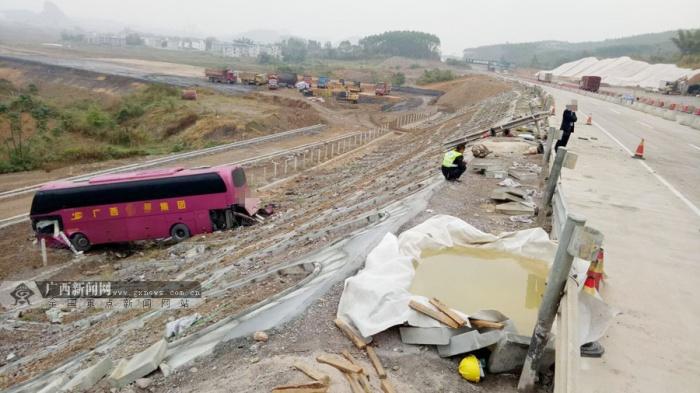 大客车失控冲下高速公路边坡 车上无人员受伤(图)