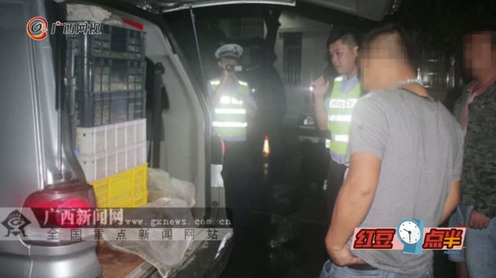 800余斤蛇藏面包车被高速交警查获