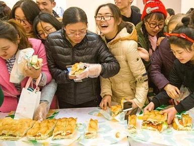 民众抢吃33米超长三明治